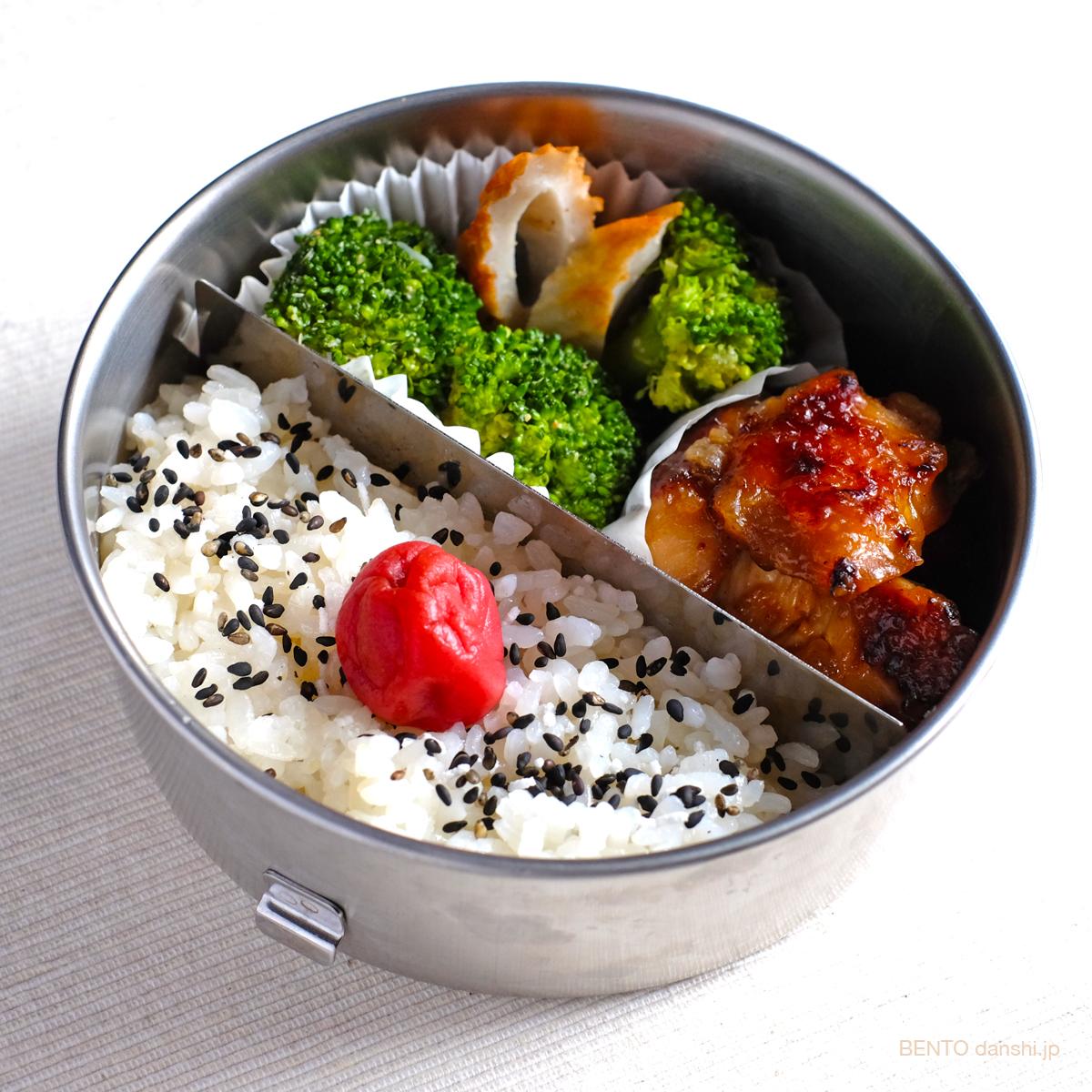 男の弁当に◎、シンプル簡単節約レシピの『鶏の唐揚げとブロッコリーとちくわのごま和え弁当』