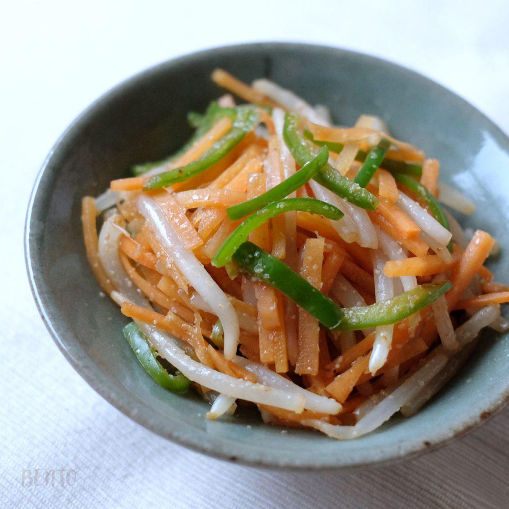 人参ともやしとピーマンのナムル。野菜たっぷりで栄養満点、常備菜・作り置きの節約レシピにも。