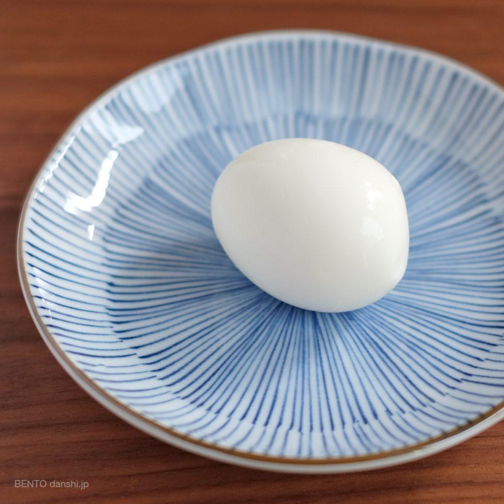 穴を開けておいたため、殻も簡単にむけました。トゥルントゥルンのゆで卵作りに成功です。