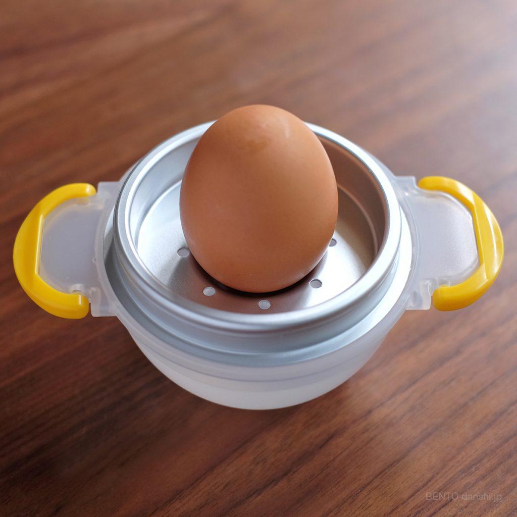 『レンジでゆでたまご』の台座に卵のおしりを下にしてセット。