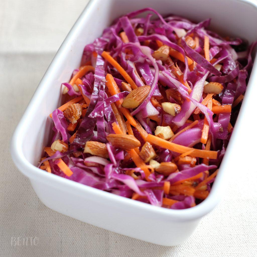 『紫キャベツと人参、アーモンドのマリネ』は簡単で美味しいサラダレシピ。紫キャベツやにんじんの作り置き常備菜、大量消費にも。