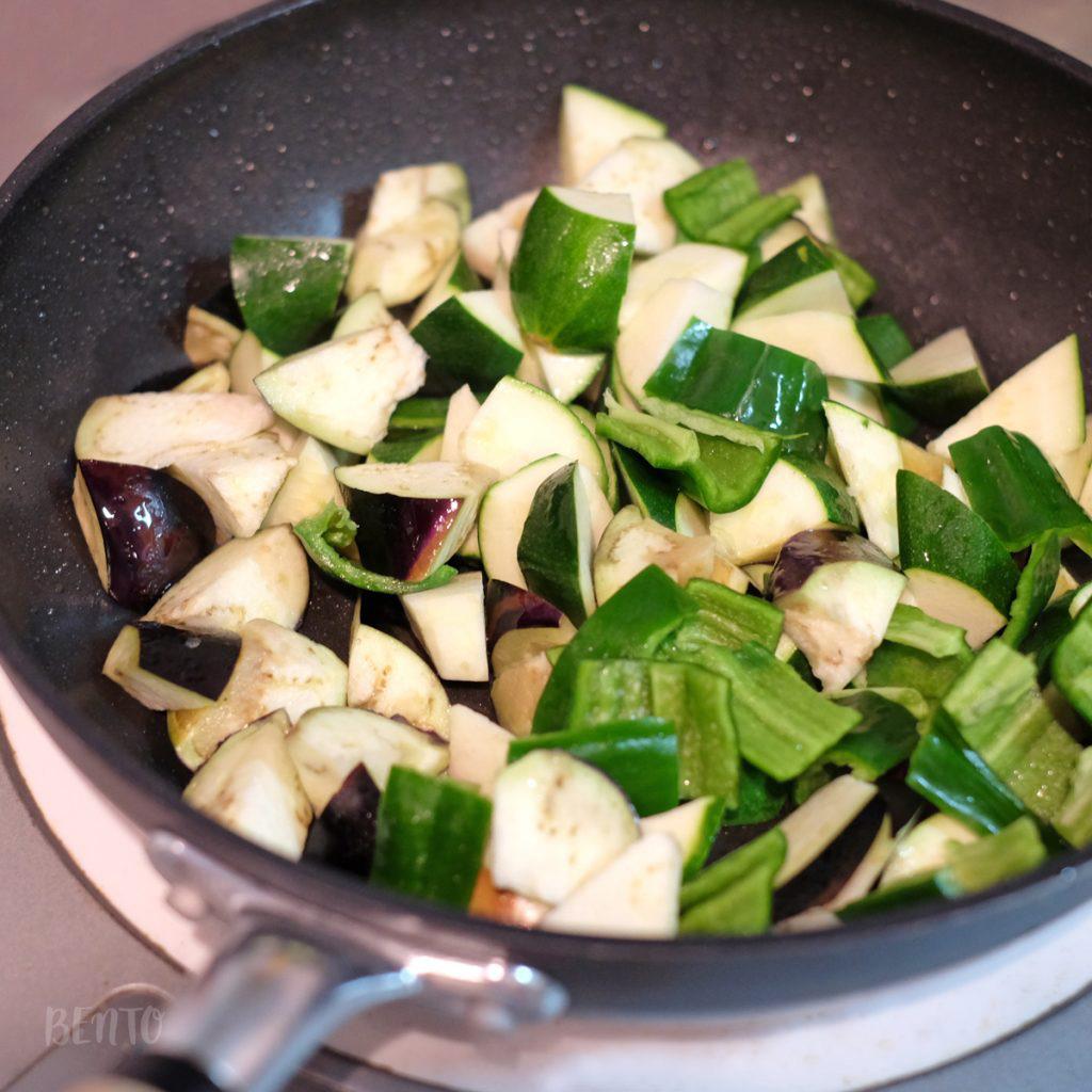 『ズッキーニとナスの味噌炒め』は夏野菜の定番、ズッキーニとナスの美味しさを味噌が引き立てる、絶品作りおき常備菜レシピ。