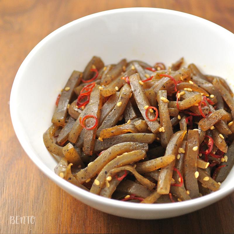 『こんにゃくの甘辛炒め』はご飯によく合い、箸休めにも◎の作り置き・常備菜レシピ。
