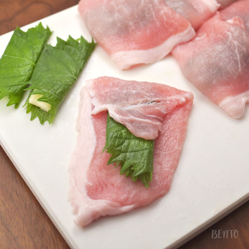 青じそチーズが豚肉の中央にくるように包みます。