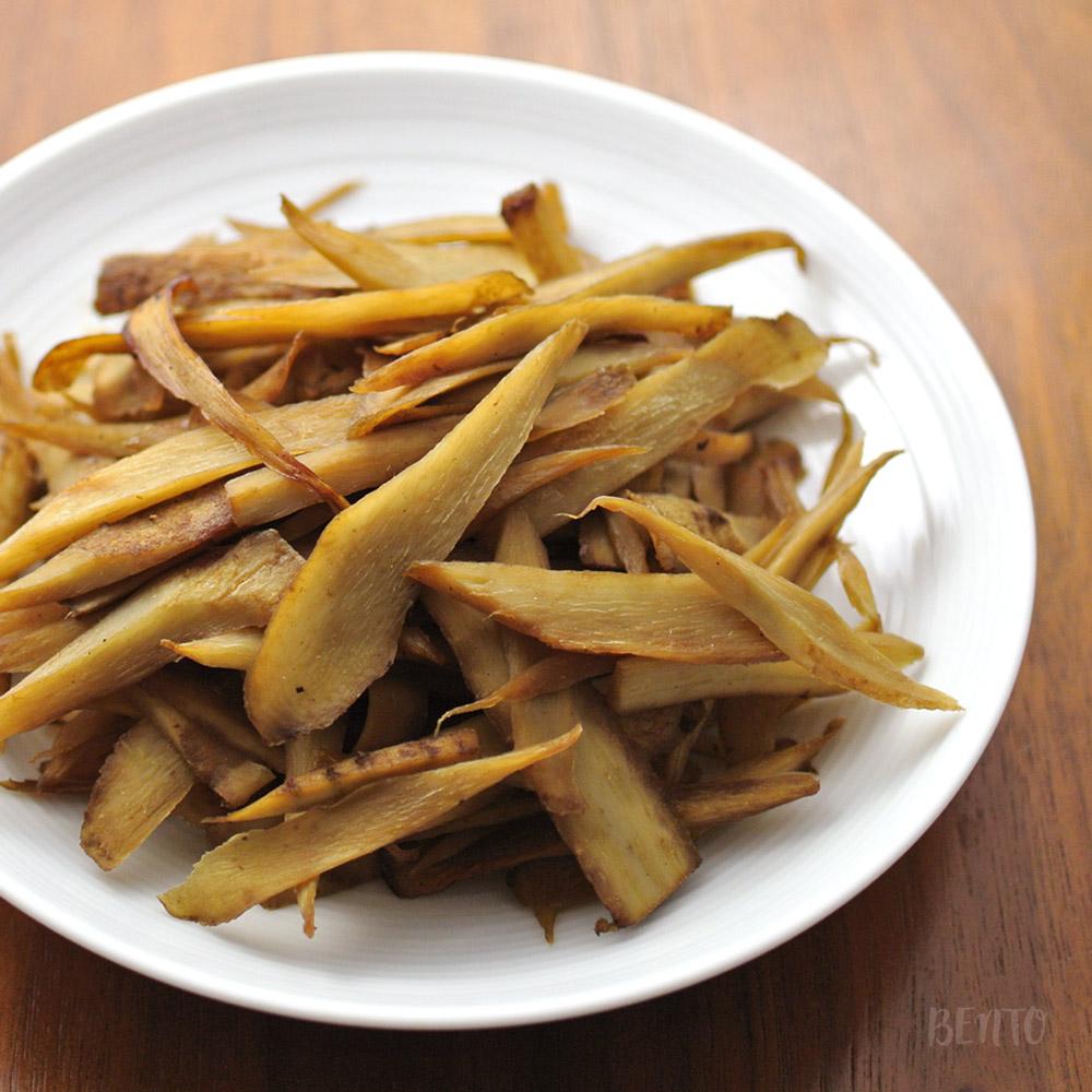 『ごぼうのきんぴら、ソース味』。素朴な味わいで箸休めにピッタリのごぼうの作り置き・常備菜レシピ。