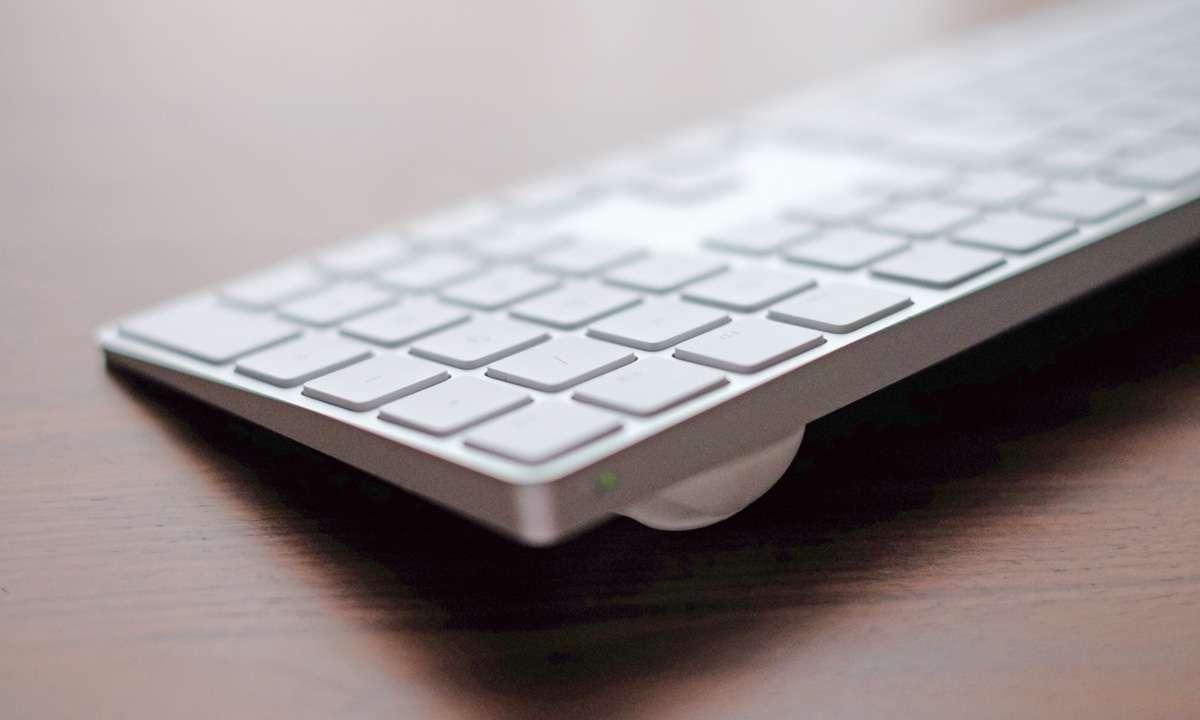 Magic Keyboardの高さを調節。AGPTEKケーブルクリップが絶妙にピッタリだった。