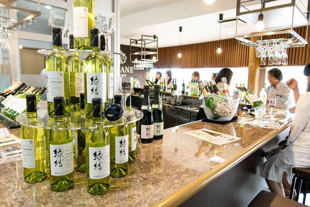 島根ワイナリー ワインバル バッカス(試飲卸売館バッカス内)店内カウンター席。