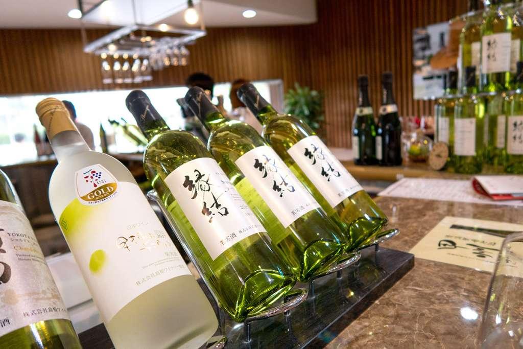 島根ワイナリー ワインバル バッカス(試飲卸売館バッカス内)カウンターにて。「縁結」ワイン。