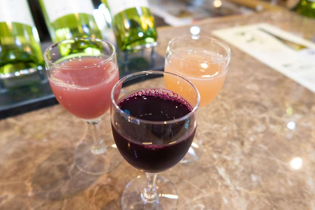 島根ワイナリー ワインバル バッカス(試飲卸売館バッカス内)にて。100%ストレート果汁ジュース『デラウェア』『マスカット・ベーリーA』『甲州』