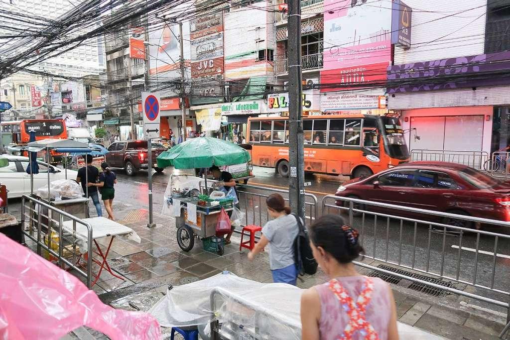 サパーンタクシン駅から歩いていると、スコールに見舞われました。ユニクロの折りたたみ傘持っててよかった。笑
