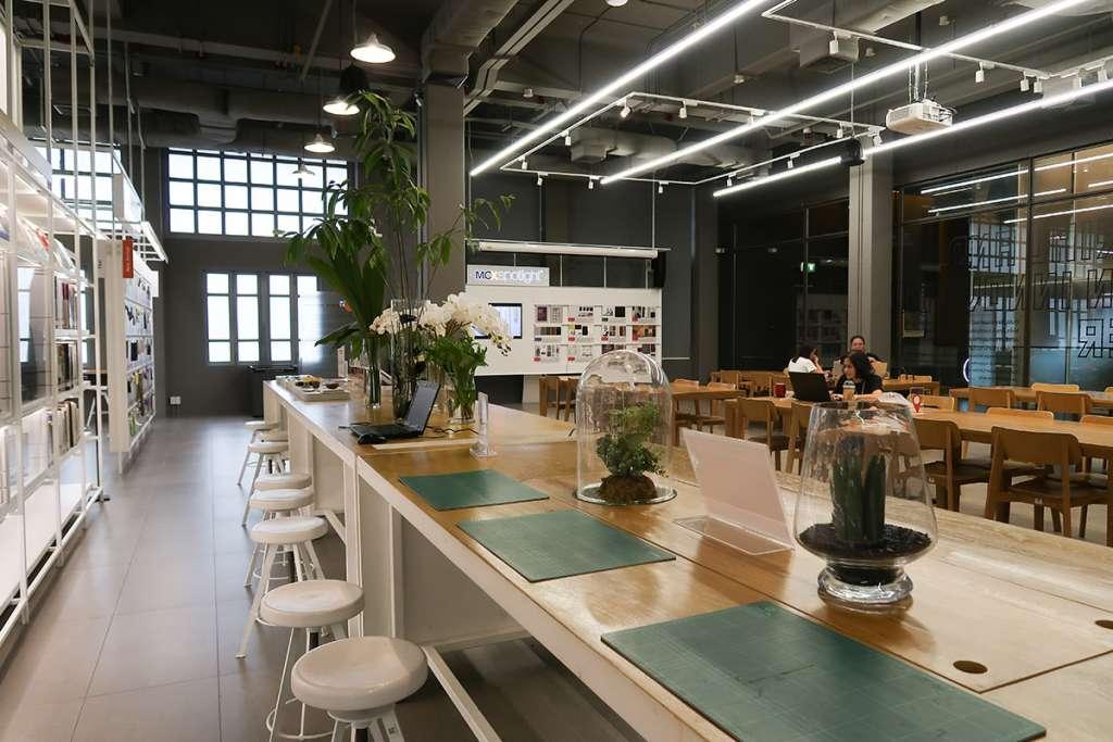 展示と作業用と思われるスペース。