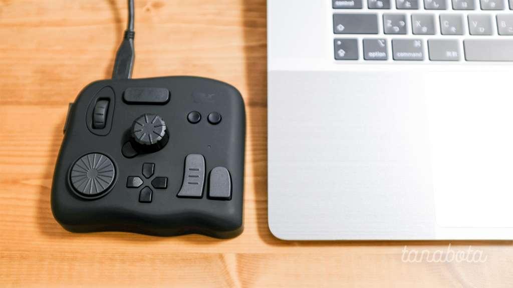 【TourBoxレビュー】クリエイターのための左手ツール。MacBook Pro 16インチの横に並べたところ。